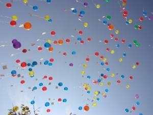 Auf solche Luftballons in Grün sollten Münchner Tierfreunde am Freitag Ausschau halten! Foto: pixelio.de, Almut Jeroma